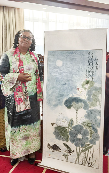 贝宁大使夫人收藏了书画艺术家孙成效作品.png